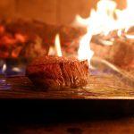 薪焼で焼く神戸牛ステーキ